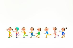 左に向かって走って行く子どもたちの写真素材 [FYI03948299]