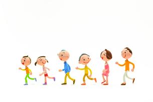 左に向かって走って行く3世代の家族の写真素材 [FYI03948301]