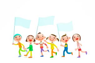 旗をかかげて歩く子どもたちの写真素材 [FYI03948307]