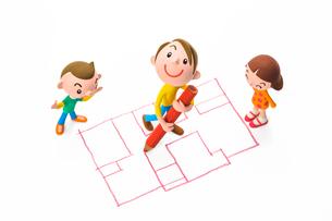 間取り図を描く男性と家族の写真素材 [FYI03948320]