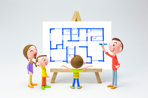 家族と間取り図の写真素材 [FYI03948324]