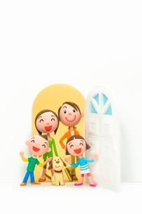 開いたドアと家族と犬の写真素材 [FYI03948327]