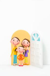 開いたドアと家族の写真素材 [FYI03948329]