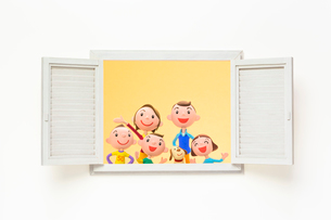 開いた窓と家族と犬の写真素材 [FYI03948334]