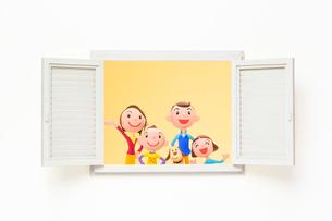 開いた窓と家族と犬の写真素材 [FYI03948336]