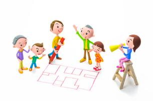 間取り図を描く男性と家族の写真素材 [FYI03948349]