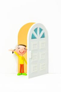 開いたドアから覗く女の子の写真素材 [FYI03948352]