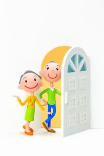 開いたドアと初老の夫婦の写真素材 [FYI03948354]