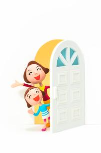 開いたドアから覗く母と子の写真素材 [FYI03948355]