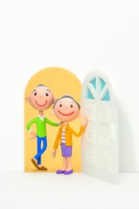 開いたドアと初老の夫婦の写真素材 [FYI03948356]