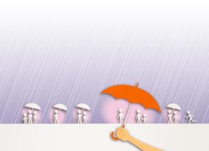 人々が雨に濡れないように差し出される傘の写真素材 [FYI03948422]