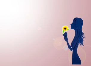 ひまわりを持つ女性の写真素材 [FYI03948430]