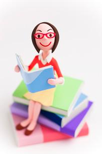 本を読む女性の写真素材 [FYI03948434]