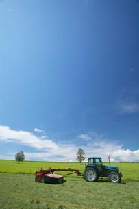 草原とトラクターの写真素材 [FYI03949058]