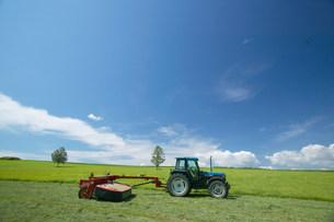 草原とトラクターの写真素材 [FYI03949059]