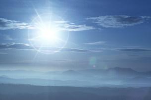 山々と太陽の写真素材 [FYI03949155]