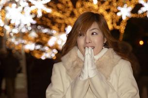 クリスマスイルミネーションと女性の写真素材 [FYI03949746]