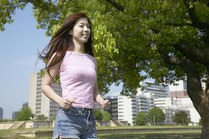 公園でウォーキングする女性の写真素材 [FYI03949820]