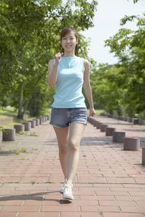 公園でウォーキングする女性の写真素材 [FYI03949826]