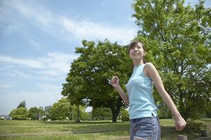 公園でウォーキングする女性の写真素材 [FYI03949828]