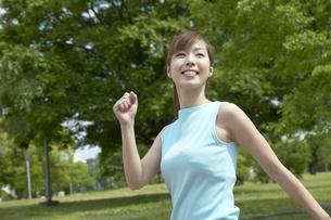 公園でウォーキングする女性の写真素材 [FYI03949829]