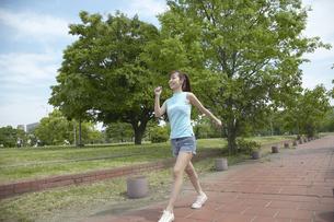 公園でウォーキングする女性の写真素材 [FYI03949830]