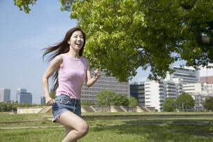 公園でランニングする女性の写真素材 [FYI03949832]