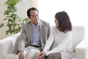 ソファーで語らう夫婦の写真素材 [FYI03949864]