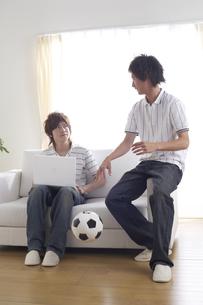 ソファーで話をする若い男性2人の写真素材 [FYI03949872]