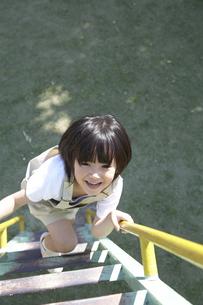 公園で遊ぶ女の子の写真素材 [FYI03949894]