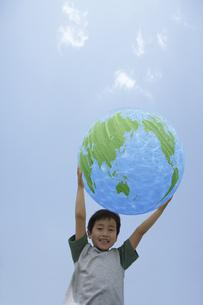 公園で地球のバルーンを持つ男の子の写真素材 [FYI03949937]
