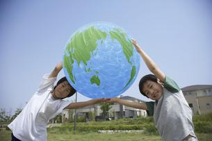 公園で地球のバルーンを持つ男の子2人の写真素材 [FYI03949939]