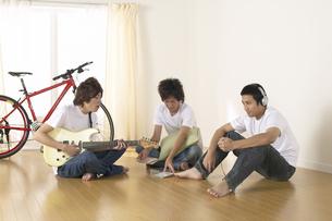 部屋の三人兄弟の写真素材 [FYI03950015]