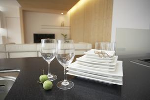 キッチンカウンターの食器とリビングの写真素材 [FYI03950028]