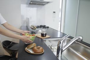 キッチンで朝食の準備をする女性の写真素材 [FYI03950032]