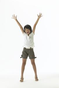 両手を上げて笑顔の女の子の写真素材 [FYI03950132]