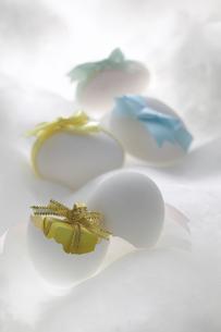 卵とリボンのプレゼントの写真素材 [FYI03950161]