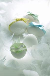 卵とリボンのプレゼントの写真素材 [FYI03950163]
