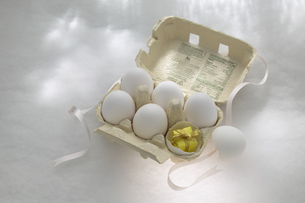 卵とリボンのプレゼントの写真素材 [FYI03950170]