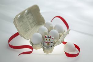 卵と招き猫の写真素材 [FYI03950214]