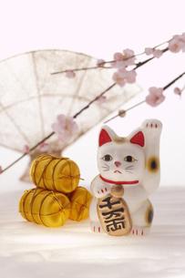 招き猫と金の俵と桃の花の写真素材 [FYI03950227]