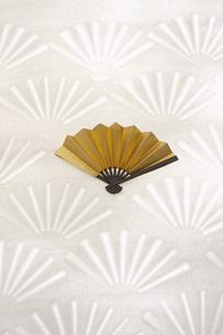 金色の扇子の写真素材 [FYI03950229]