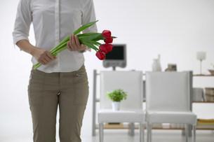 花を持つ女性の写真素材 [FYI03951268]