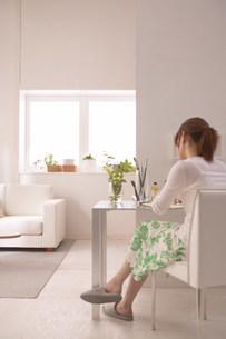 女性がスケッチしている部屋の写真素材 [FYI03951546]