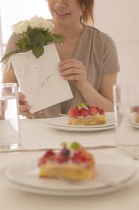 ケーキのあるテーブルの写真素材 [FYI03951560]