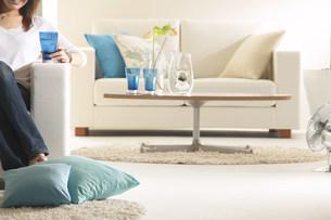女性とソファーのあるリビングの写真素材 [FYI03951595]