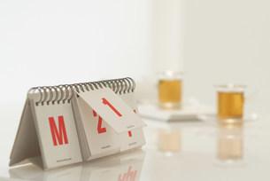 カレンダーのあるテーブルの写真素材 [FYI03951613]