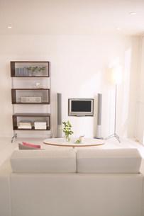 白いソファーとテレビのある部屋の写真素材 [FYI03951621]