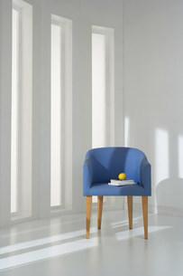 青い椅子のある部屋の写真素材 [FYI03951638]