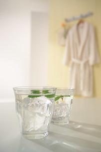 テーブルの上の二つのコップの写真素材 [FYI03951716]